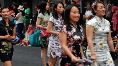 Китайские студенты решили на День матери порадовать обслуживающий персонал университета, преобразив их!