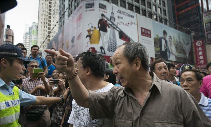 Сторонники правительства кричат на студенческих демонстрантов на фоне продолжающейся напряженности в районе Монгкок, 4 октября 2014 г. в Гонконге. (Паула Бронштейн / Getty Images)   Epoch Times Россия