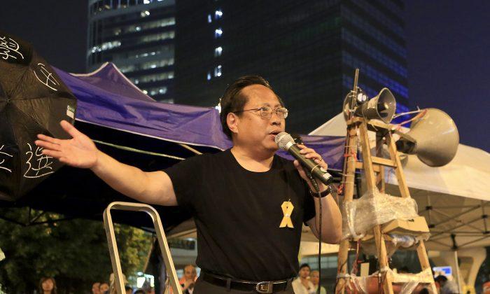 Альберт Хо, выступая в мегафон на площадке протеста в оккупированной зоне Адмиралтейства 14 октября. Пан-демократы, такие как Хо, в основном были в стороне, поддерживая движение зонтиков, возглавляемое студентами. (Юй Конг / Великая Эпоха)   Epoch Times Россия