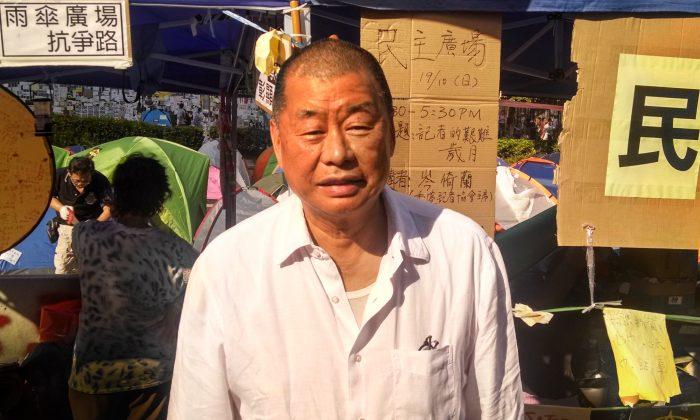 Джимми Лай стоит возле укрытия, которое он иногда использует в лагере Occupy Central в районе Адмиралтейства, в Гонконге, 20 октября 2014 г. (Мэтью Робертсон / сотрудники Epoch Times) | Epoch Times Россия