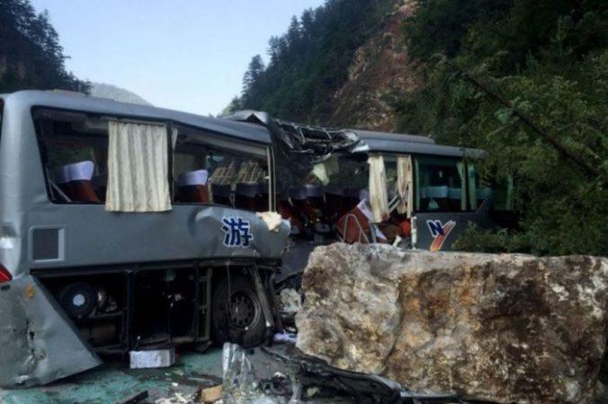 Туристический автобус, покореженный во время землетрясения в провинции Сычуань, Китай, 9 августа, 2017 год. Фото: STR/AFP/Getty Images | Epoch Times Россия