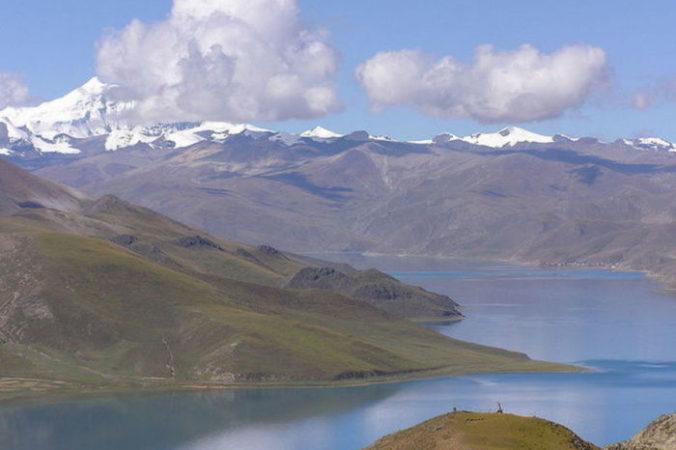 Ямдрок Цо является одним из трёх крупнейших священных озёр в Тибете. Фото: Wikipedia Commons | Epoch Times Россия