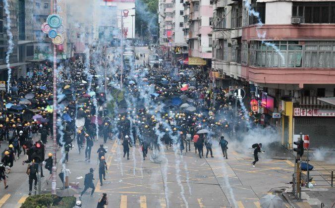 Протесты продолжаются в районе Sham Shui Po Гонконга. Полиция применила слезоточивый газ против протестующих. 11 августа 2019 года. Фото: Anthony Wallace/AFP/Getty Images | Epoch Times Россия