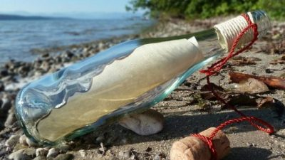 Полицейской передали найденную на пляже бутылку с деньгами, запиской и странным порошком. Содержимое записки заставило её расплакаться