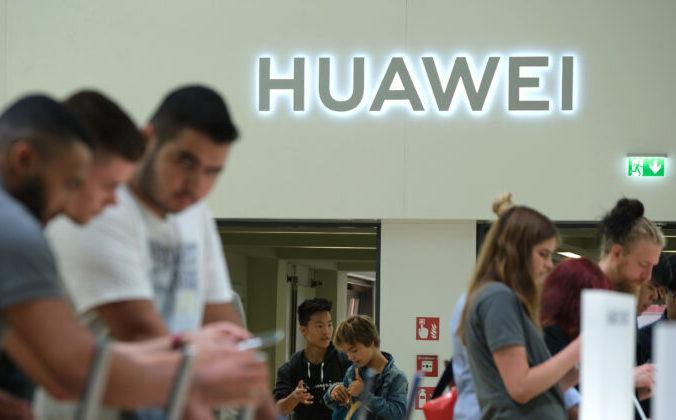 Посетители проверяют новые смартфоны Huawei на выставке бытовой электроники и бытовой техники IFA 2019 года в Берлине, Германия, 6 сентября 2019 года. Фото: Sean Gallup/Getty Images   Epoch Times Россия