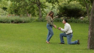 Он сделал ей предложение и подарил уникальное обручальное кольцо (такому подарку позавидует любой спецагент)