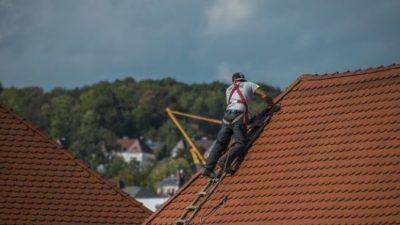 Строителю пришлось обмануть старушку, которая отказалась от бесплатного ремонта крыши