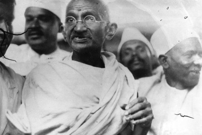 Махатма Ганди возглавил Соляной марш в знак протеста против государственной монополии на производство соли. Фото: Central Press/Getty Images   Epoch Times Россия