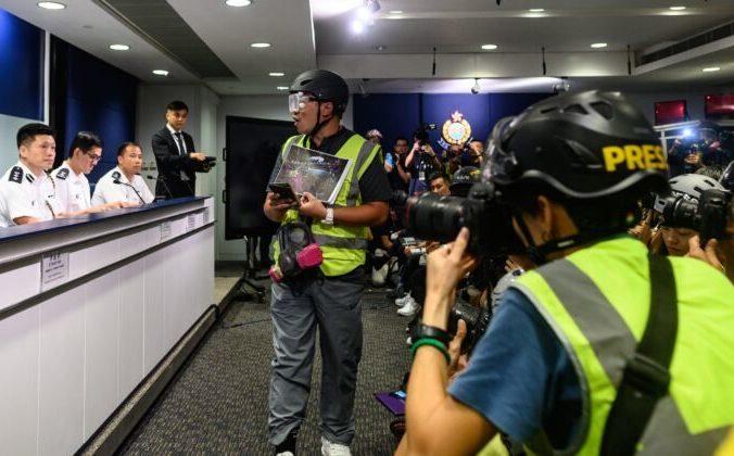 Журналисты носят защитное снаряжение и жилеты повышенной видимости на пресс-конференции в полицейском управлении в Гонконге, 9 сентября 2019 года. Фото: PHILIP FONG/AFP/Getty Images   Epoch Times Россия
