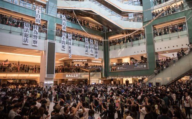 Протестующие за демократию в Гонконге поют песни и выкрикивают лозунги во время митинга в торговом центре в Ша Тине 22 сентября 2019 года. (Chris McGrath/Getty Images) | Epoch Times Россия