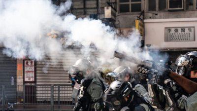 (Видео) Полицейский выстрелил в двоих протестующих в Гонконге