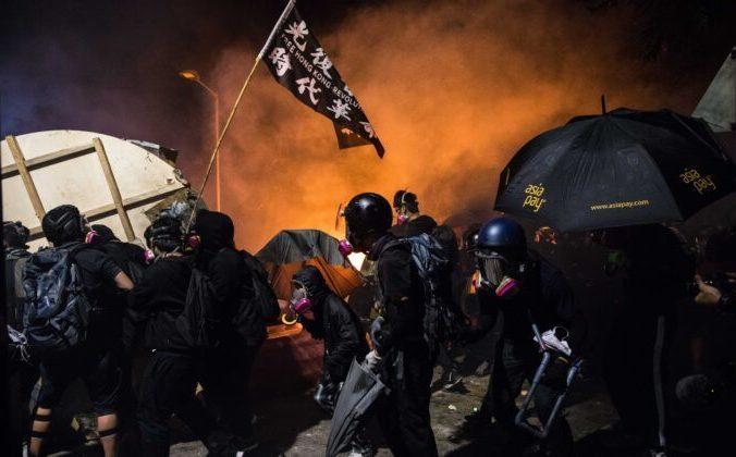 Протестующие во время столкновений с полицией в Китайском университете Гонконга, 12 ноября 2019 года. Фото: DALE DE LA REY/AFP via Getty Images | Epoch Times Россия