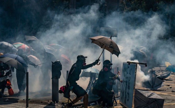 Столкновение протестующих с полицией в Гонконгском политехническом университете в Гонконге 17 ноября 2019 года. Фото: Anthony Kwan/Getty Images | Epoch Times Россия