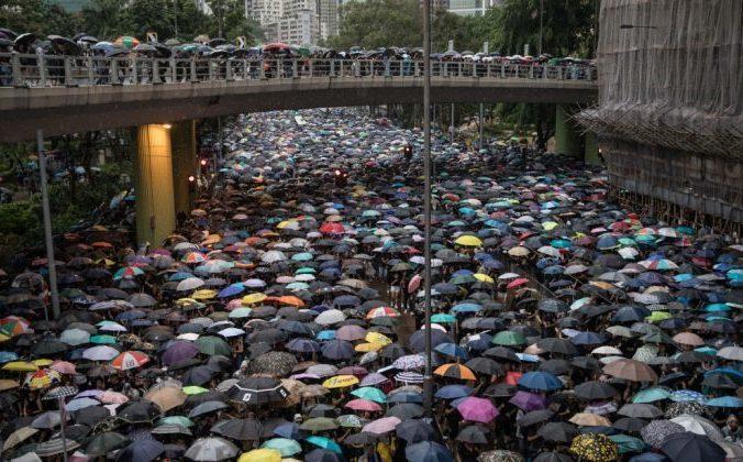 Протестующие в Гонконге после того, как 18 августа 2019 года они покинули митинг в парке Виктория. Фото: Chris McGrath/Getty Images | Epoch Times Россия