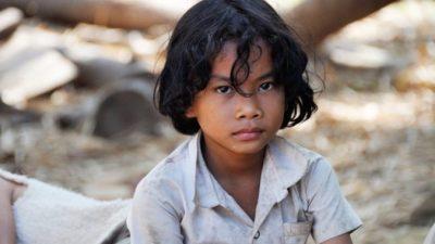 Голодный бездомный мальчик помолился перед обедом, от которого сначала отказался. Это покорило учителя, и теперь он его не оставит