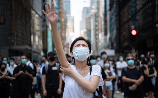 Люди протестуют против правительственного запрета на маски для лица в Гонконге, 4 октября 2019 года. Фото: Laurel Chor/Getty Images | Epoch Times Россия