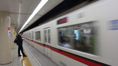(Видео) Сотрудник метро выдернул пассажира из-под поезда. За секунду до трагедии!