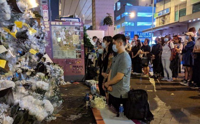 Жители Гонконга станцию метро Принца Эдуарда в Гонконге поминают жертв насилия 31 августа 2019 года.( Фото: Huang Xiaoxiang/The Epoch Times | Epoch Times Россия