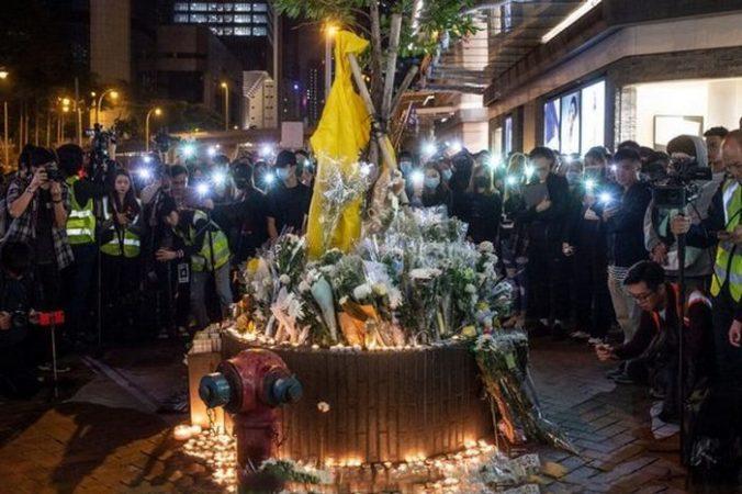 Акция в память о протестующем Марко Люне, который погиб 15 июня возле торгового центра Pacific Place, Гонконг, 15 декабря 2019 года. Philip Fong/AFP via Getty Images   Epoch Times Россия