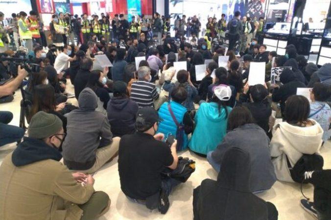 Протестующие проводят мирную сидячую забастовку в торговом центре Yoho Mall в Юэнь Лонг, Гонконг, 21 декабря 2019 года. Frank Fang/The Epoch Times | Epoch Times Россия