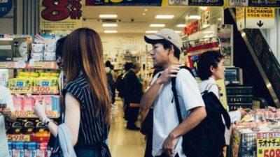 Женщина оплачивала покупки незнакомцев в супермаркете. Она сказала, что выиграла в лотерею, но это была неправда