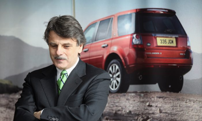 Генеральный директор Jaguar Land Rover Ральф Спет наблюдает за визитом бизнес-секретаря Винса Кейбла на сборочный завод Хейлвуда 2 марта 2011 года в Хейлвуде, Англия. Jaguar Land Rover не будет судиться с китайской компанией, выпустившей копию Evoque. (Кристофер Ферлонг / Getty Images)   Epoch Times Россия