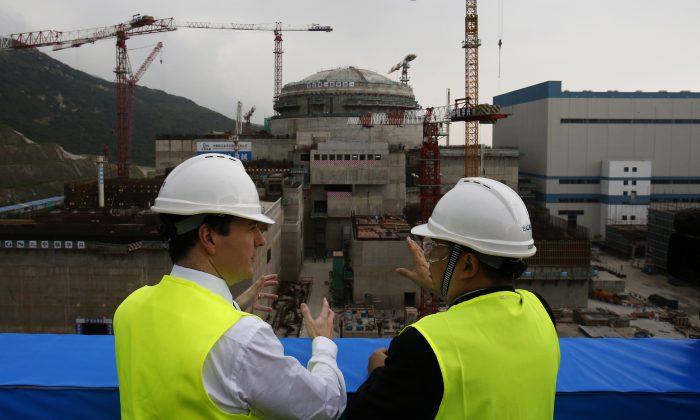 Министр финансов Великобритании Джордж Осборн (слева) разговаривает с генеральным директором совместного предприятия Taishan Nuclear Power Го Лимином перед строящимся ядерным реактором на атомной электростанции в Тайшане, провинция Гуандун, 17 октября 2013 года. пытается выиграть несколько контрактов на строительство объектов атомной энергетики в других странах. Фото: BOBBY YIP/AFP/Getty Images | Epoch Times Россия
