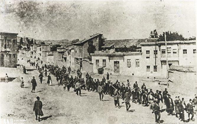 Армянский марш из Харпута в 1915 г. (Национальный архив Республики Армения)   Epoch Times Россия
