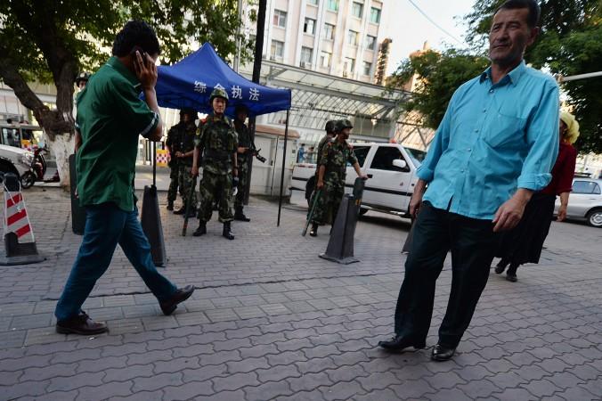 Китайская военизированная полиция в Урумчи, Синьцзян ― место компактного проживания уйгуров. После терактов в Париже 13 ноября 2015 г. китайские власти пытаются связать уйгуров с терроризмом. Фото: Mark Ralston/AFP/Getty Images | Epoch Times Россия