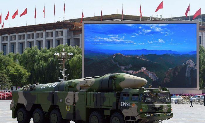 Китайская военная машина с ракетой DF-21D после военного парада на площади Тяньаньмэнь в Пекине 3 сентября 2015 года. Китайский режим недавно испытал новую межконтинентальную баллистическую ракету, которая предположительно может поразить Соединенные Штаты. (Грег Бейкер / AFP / Getty Images) | Epoch Times Россия