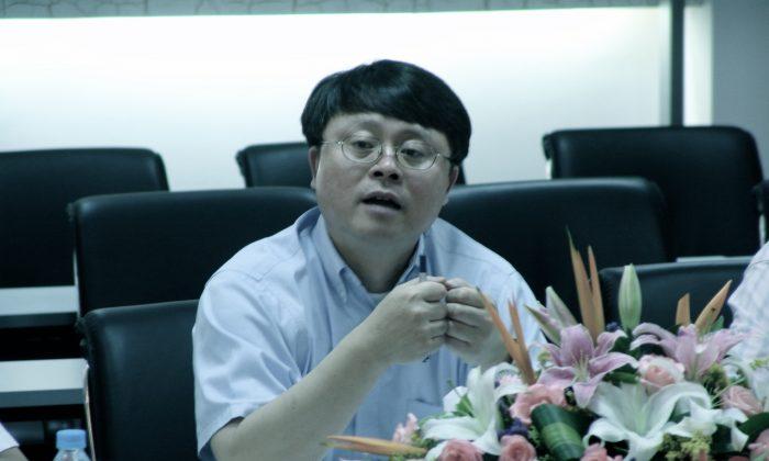 Цзян Мяньхэн, бывший президент Шанхайского отделения престижной Китайской академии наук, выступает на конференции 16 июля 2005 года. Цзян недавно ушел в отставку, официальное объяснение - «возрастные причины». Фото: Chinese Academy of Sciences   Epoch Times Россия