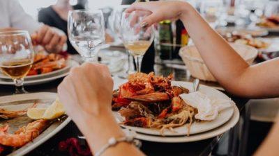 Женщина забыла памятное кольцо среди крабовых отходов в ресторане. Тогда сотрудники сделали больше, чем должны были