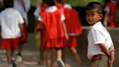 Мальчик во время школьной экскурсии в тюрьму увидел среди заключённых своего отца и встал перед ним на колени