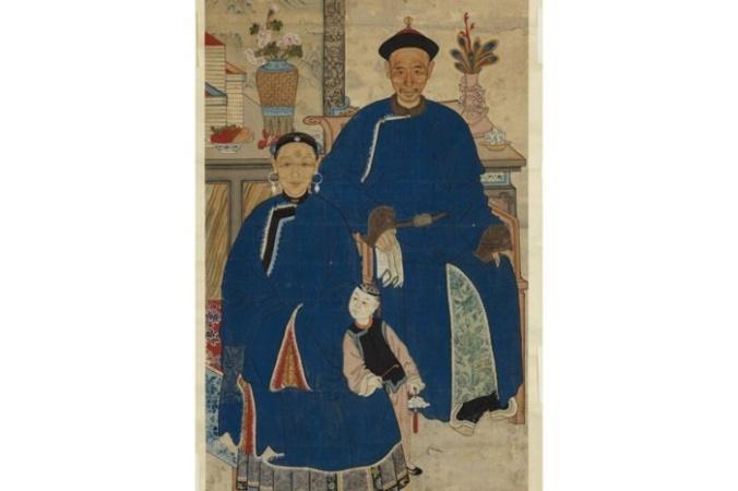 Портрет предков с изображением супружеской пары с ребёнком, склоняющимся к женщине, что является символом плодородия, Династия Цин (1644-1911 гг.). Неизвестный художник. Размеры полотна 138,43 см на 77,47 см. Королевский музей Онтарио, 2013 г. | Epoch Times Россия
