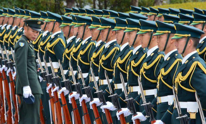 Почетный караул Сил самообороны Японии готовится к церемонии встречи нового министра обороны генерала Накатани в Токио 25 декабря 2014 г. (Кадзухиро Ноги / AFP / Getty Images) | Epoch Times Россия