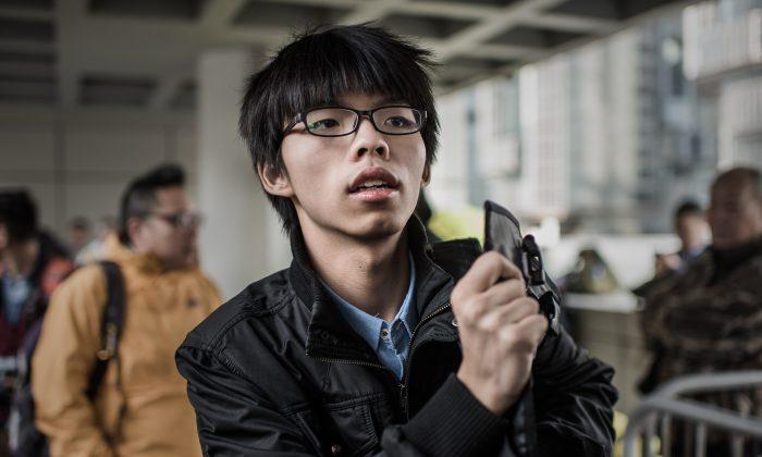 Студенческий активист из Гонконга Джошуа Вонг на фото у здания Высокого суда в Гонконге 8 января 2015 г. (Philippe Lopez / AFP / Getty Images)   Epoch Times Россия
