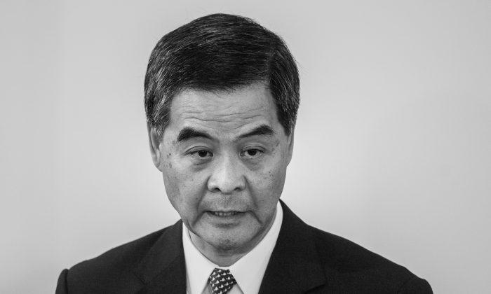 Главный исполнительный директор Гонконга Люн Чун-ин отвечает на вопросы во время пресс-конференции в Гонконге 16 октября 2014 г. (Филипп Лопес / AFP / Getty Images) | Epoch Times Россия
