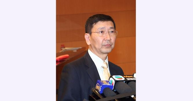 Профессор Иоганн Чхань Мань-мунь (Johannes Chan Man-mun), бывший декан юридического факультета Университета Гонконга, общается с прессой после форума на тему движения «Оккупируй Централ» 12 ноября 2014 года. Фото: Epoch Times | Epoch Times Россия