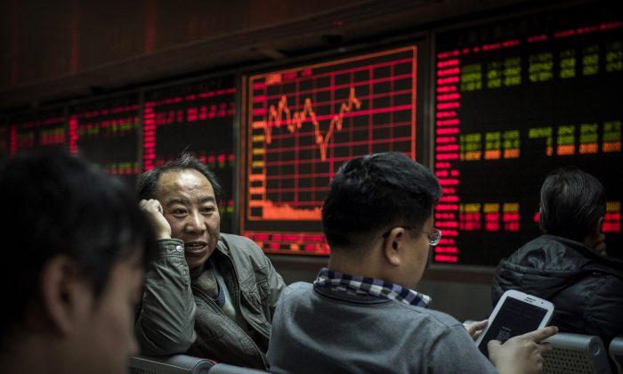 Китайские дневные трейдеры беседуют перед биржевыми тикерами на доске брокерской фирмы в Пекине 22 января 2015 г. (Кевин Фрайер / Getty Images) | Epoch Times Россия