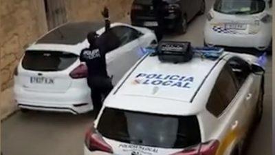 (Видео) Жители Испании сидят на карантине. Но скучать им не дают полицейские!