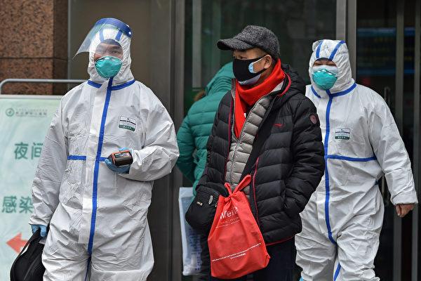 Медицинский персонал в защитной одежде в городе Ухань, 26 января 2020 года. HECTOR RETAMAL/AFP via Getty Images   Epoch Times Россия