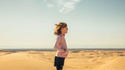 8-летняя внучка кладоискателя оказалась достойной его. За 5 минут она нашла реликвию на пляже