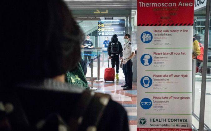 В аэропорту Суварнабхуми в Бангкоке, Таиланд, проводят тепловое сканирование пассажиров, прибывающих из Уханя, Китай, 8 января 2020 года. Lauren DeCicco / Getty Images   Epoch Times Россия