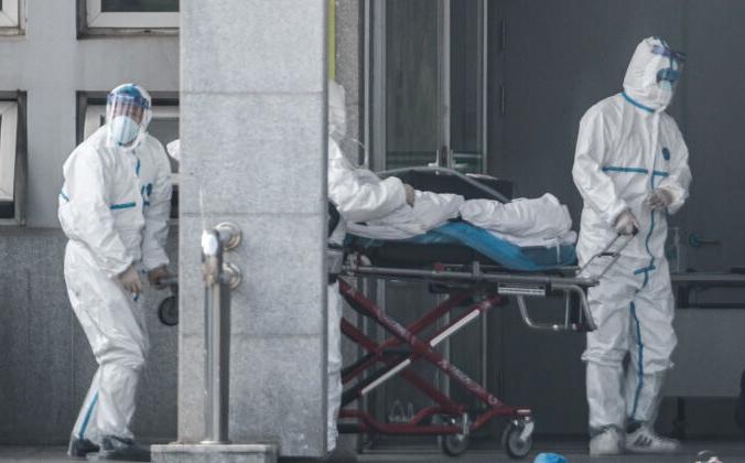Медицинские работники доставляют пациента в больницу Цзиньинтань в Ухане, 18 января 2020 года. STR/AFP via Getty Images   Epoch Times Россия
