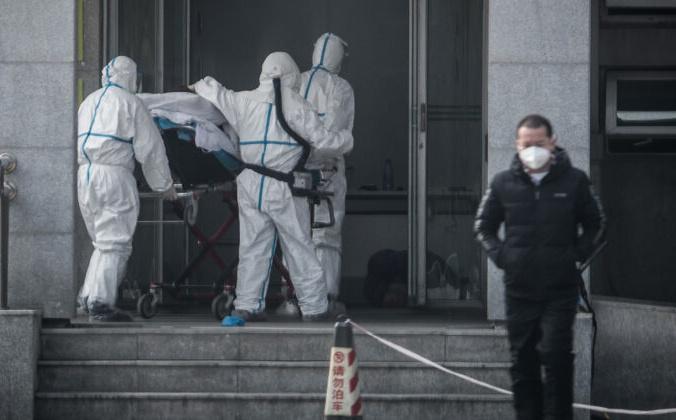 Медицинские работники доставляют пациента в больницу Цзиньинтань 18 января 2020 года в Ухане, провинция Хубэй, Китай. STR / AFP через Getty Images   Epoch Times Россия