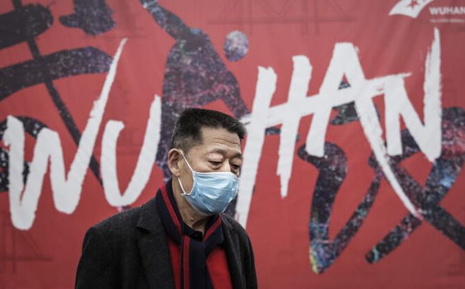 Мужчина в маске на улице в Ухане, Китай, 22 января 2020 года. Getty Images   Epoch Times Россия