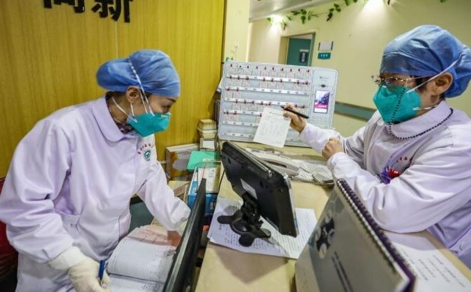 Медицинские работники в масках в больнице в Ухане, Китай, 30 января 2020 года. STR/AFP via Getty Images   Epoch Times Россия