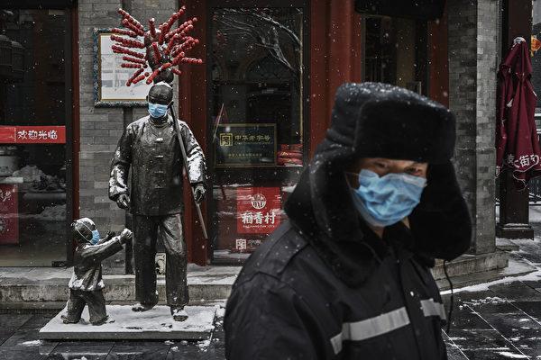 Защитные маски на скульптурах около ресторана, 5 февраля 2020, Пекин, Китай Kevin Frayer/Getty Images | Epoch Times Россия