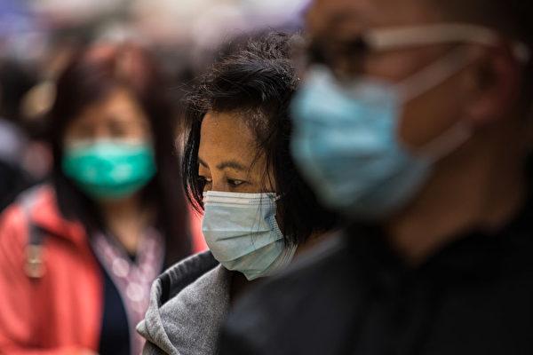 Женщина в защитной маске DALE DE LA REY/AFP via Getty Images   Epoch Times Россия