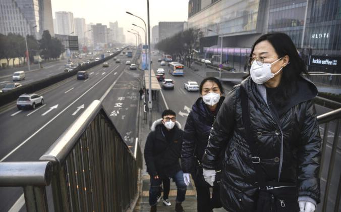 Пассажиры в масках на вокзале в Пекине, 11 февраля. Kevin Frayer/Getty Images | Epoch Times Россия